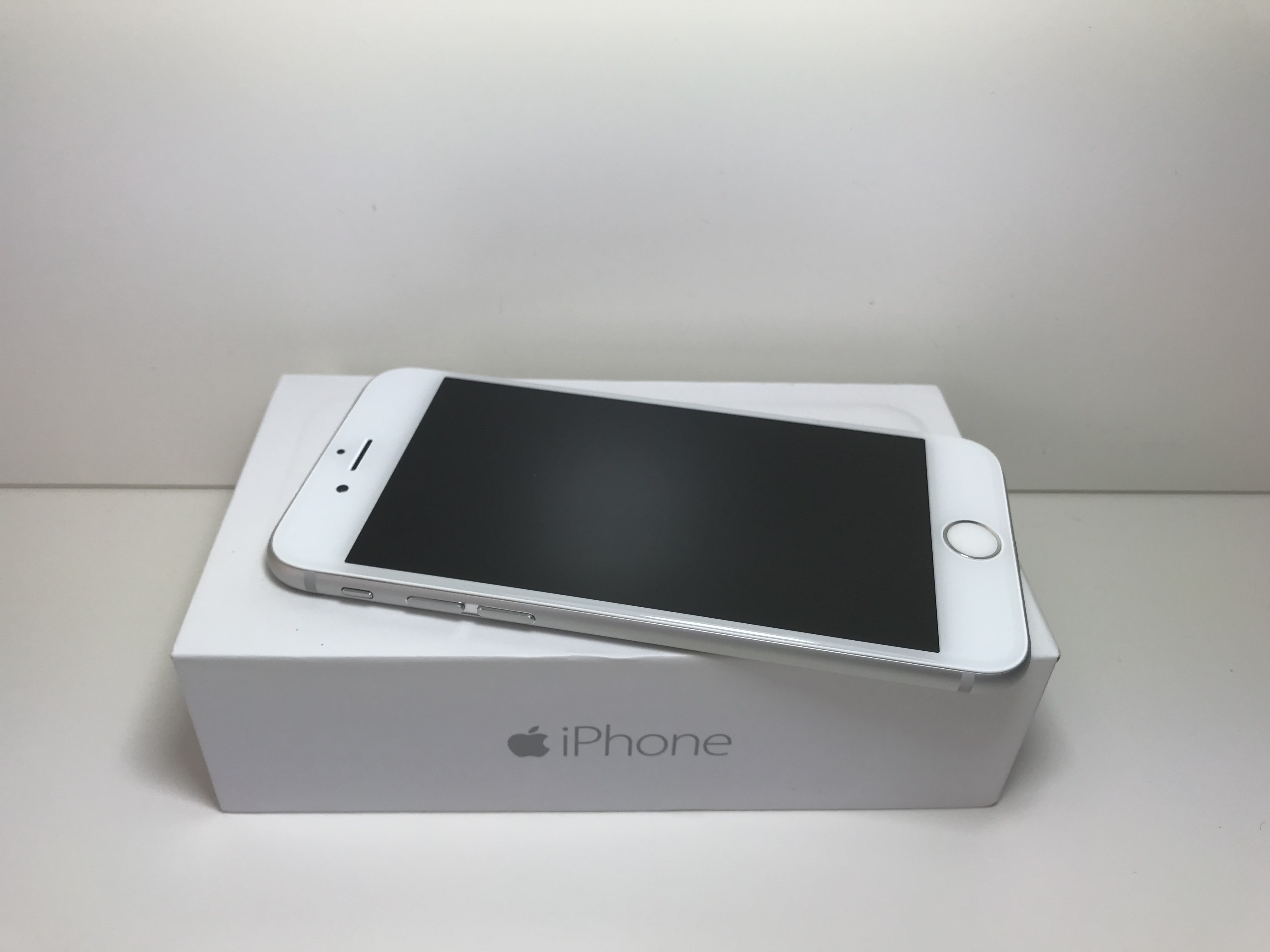 iphone-6-silver-64gb-grade-a-equal-to-new-box-and-accessories.jpg